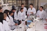 Estudantes fazem análise em laboratório durante a disciplina
