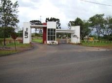 Pórtico de entrada do câmpus com o novo asfalto