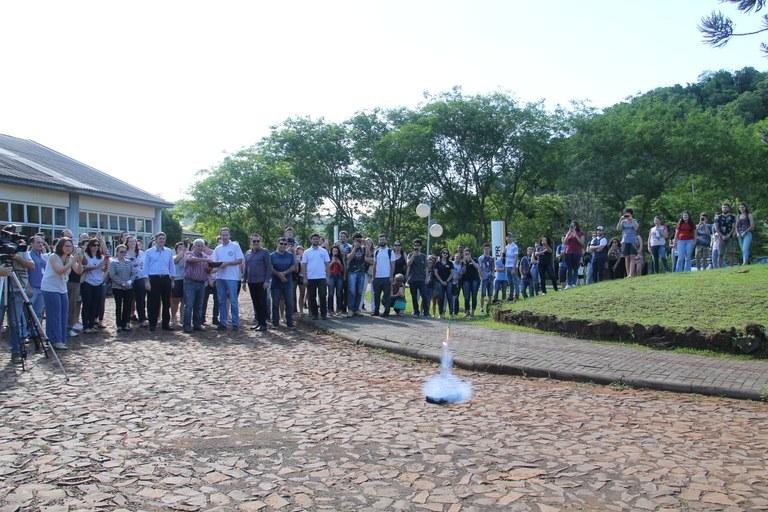 Momento do lançamento do mini foguete pelas mãos de Marcos Pontes
