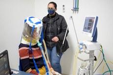 Pesquisadores realizam teste com balão hermético para ventilação pulmonar | Foto: Ascom-GP