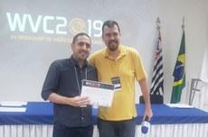 Dissertação de Rafael ficou em primeiro lugar no evento. Na foto, ele recebe o prêmio do organizador do evento. (Foto: Acervo pessoal)