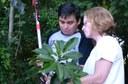 Professora Carla com uma das espécies do bosque
