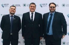 Diretores-gerais de Dois Vizinhos e Toledo, Everton Lozano e Rodolfo Vertuan, com o reitor Luiz Alberto Pilatti, no evento | Foto: Divulgação
